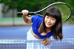 Une fille asiatique sexy jouant le tennis Photo stock