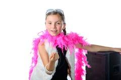 Une fille assez petite avec un boa de plume rose photo stock