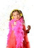 Une fille assez petite avec un boa de plume rose photographie stock libre de droits