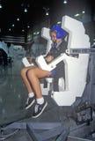 Une fille assistant au camp de l'espace chez George C Marshall Space Flight Center à Huntsville, Alabama, essaye un entraîneur de photographie stock