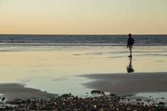 Une fille au rivage de plage Image stock