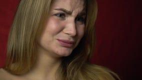 Une fille avec dégoût boudant d'expositions de lèvres banque de vidéos