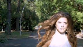 Une fille avec de longs cheveux court en parc clips vidéos