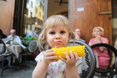 Une fille avec du maïs photo libre de droits