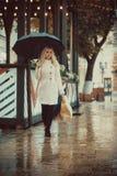 Une fille avec le totebag blanc naturel de toile d'eco photographie stock libre de droits