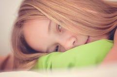 Une fille avec le visage triste Expression triste, émotion triste, désespoir, tristesse Un enfant dans le stress émotionnel et la image libre de droits