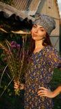 Une fille avec les fleurs sauvages photo stock