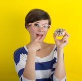 Une fille avec un beignet Photographie stock
