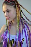 Une fille avec un ensemble à la mode de tresses multicolores Kanekalon Mèches artificielles colorées des cheveux Image stock