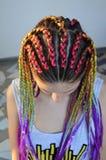 Une fille avec un ensemble à la mode de tresses multicolores Kanekalon Mèches artificielles colorées des cheveux Image libre de droits