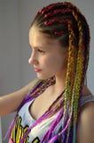 Une fille avec un ensemble à la mode de tresses multicolores Kanekalon Mèches artificielles colorées des cheveux Images libres de droits