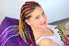 Une fille avec un ensemble à la mode de tresses multicolores Kanekalon Mèches artificielles colorées des cheveux Photo stock