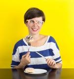 Une fille avec un plat des butées toriques Photo stock