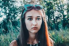 Une fille avec un visage confus regarde directement dans la caméra photos stock