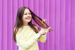 Une fille blonde aux cheveux longs et gaie photo stock