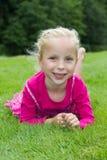 Une fille blonde dans l'herbe Images libres de droits