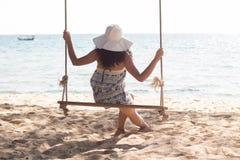 Une fille cambodgienne sur une oscillation sur Koh Rong Sanloem Island, Cambodge photos libres de droits