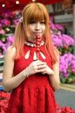 Une fille chinoise célèbrent la nouvelle année chinoise Image libre de droits