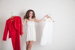 Une fille choisit entre rouge et blanc Photo stock