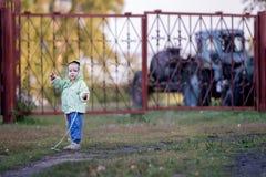 Une fille d'ans 1 1/2 sur un chemin en parc avec une corde dans sa main photographie stock libre de droits