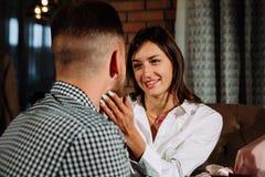 Une fille dans l'amour regarde son homme avec des yeux dans l'amour dans un café Photos libres de droits