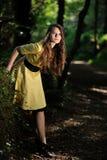 Une fille dans la forêt Photographie stock