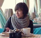 Une fille dans le café de rue Photo stock