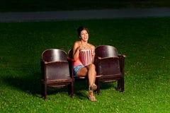 Une fille dans le cinéma extérieur photos libres de droits