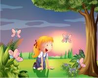 Une fille dans le jardin avec quatre papillons Photo stock