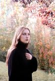 Une fille dans le jardin d'automne photo libre de droits