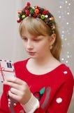 Une fille dans un chandail de Noël avec un diadème de style d'hiver images libres de droits