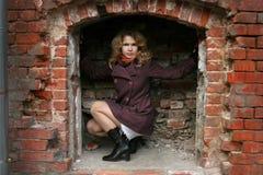 Une fille dans un encastrement de brique Image libre de droits