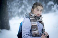 Une fille dans une forêt neigeuse Photographie stock libre de droits