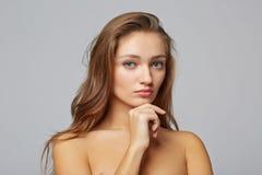 Une fille de beauté, sur le fond gris Image stock