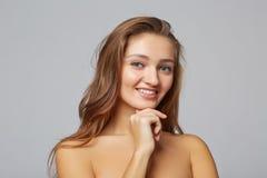 Une fille de beauté, sur le fond gris Photos libres de droits