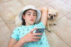 Une fille de l'adolescence se trouve sur le plancher Image stock