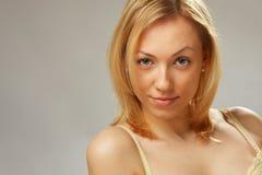 Une fille de sourire avec les épaules nues Photographie stock libre de droits
