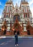 Une fille de touristes du ` s admire une église catholique images libres de droits