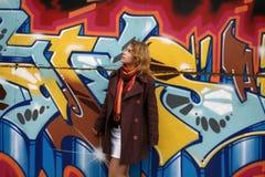 Une fille devant le graffiti Photos libres de droits