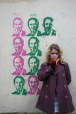 Une fille devant un graffiti Image stock