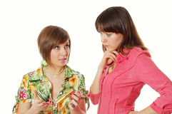 Une fille donnant des conseils sur le produit de beauté à l'autre Photographie stock libre de droits