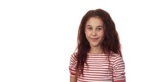 Une fille douce tient une chaussette avec des cadeaux sur l'appareil-photo banque de vidéos