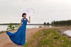 Une fille essaye de garder un parapluie photos libres de droits