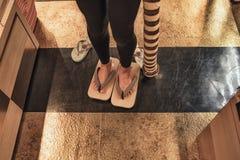 Une fille essaye sur les chaussures en bois japonaises Entrave japonaise, chaussures japonaises traditionnelles de sandales Les c image libre de droits