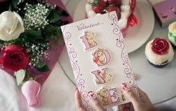 Une fille et sa carte du jour de valentine Image libre de droits