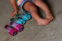 Une fille et ses chaussures Image libre de droits