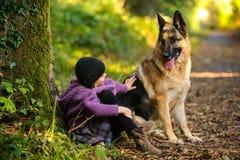 Une fille et un ami canin Image libre de droits