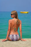 Une fille et un bateau jaune Images stock