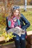 Une fille et un chat en stationnement d'automne Image libre de droits