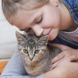 Une fille et un chaton Images stock